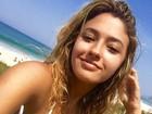 Carolina Oliveira posa de biquíni e conta: 'Voltando para o surf'