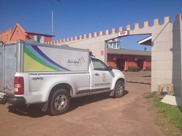 Polícia Técnico-científica do Amapá (Politec) removeu o corpo do comissário (Foto: Dyepeson Martins/G1)