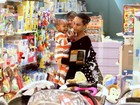 Filho de Taís Araújo e Lázaro Ramos se encanta por brinquedos em loja