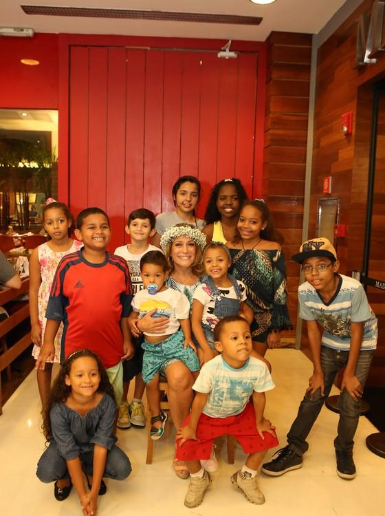Susana Vieira posa com as crianças da Amicca (Foto: Gianne Carvalho)