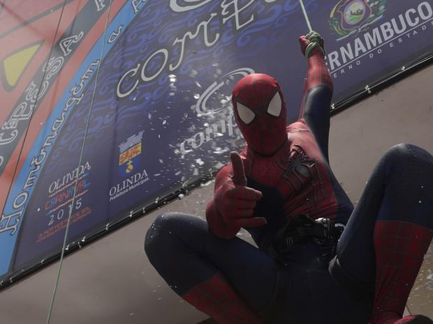 No Enquanto Isso, na Sala de Justiça, Homem Aranha desce de rapel a caixa d'água localizada no Alto da Sé, em Olinda. (Foto: Diego Moraes/G1)