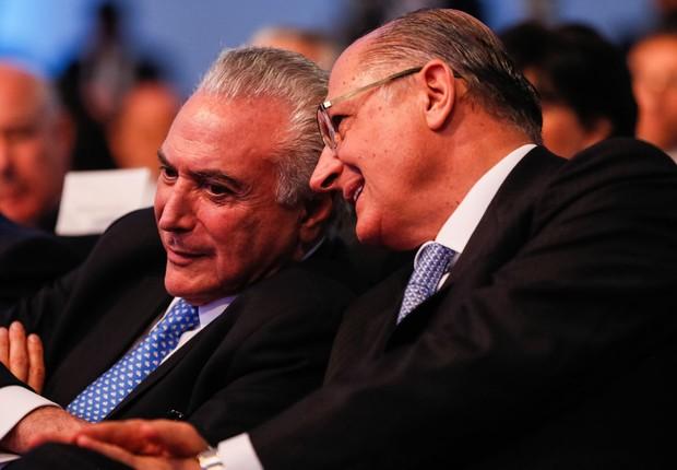 O presidente Michel Temer conversa com o governador de São Paulo, Geraldo Alckmin (PSDB), durante evento em São Paulo (Foto: Beto Barata/PR)