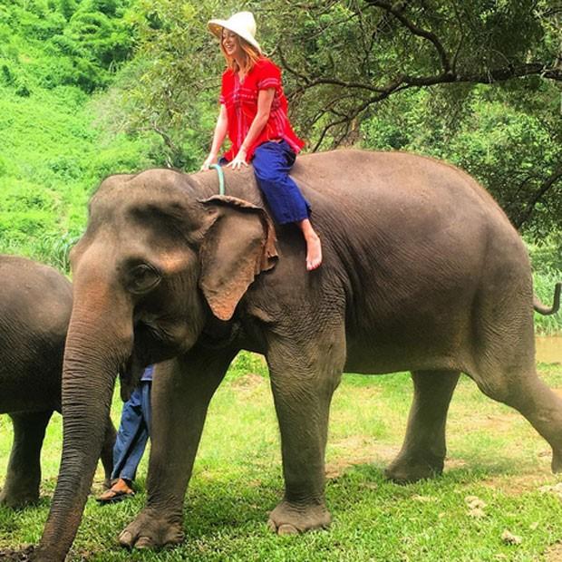 Marina Ruy Barbosa anda de elefante na Tailândia (Foto: Instagram/ Reprodução)