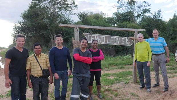 Equipe na entrada do Cerro Leon, no Parque Defensores Del Chaco (Foto: Reprodução/RPC)