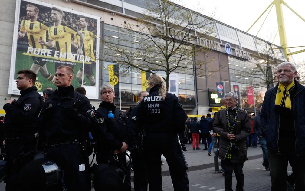 Policiais patrulham a área externa do estádio após uma explosão atingir o ônibus que transportava o time do Borussia Dortmund para a partida contra o Monaco no local, na Alemanha, na terça-feira (11) (Foto:  Odd Andersen/AFP)