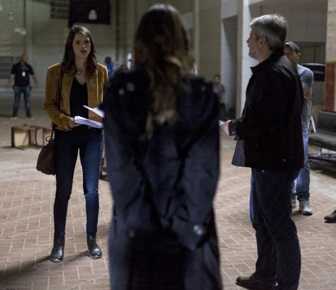 Agatha Moreira e Fernanda Vasconcellos recebem orientações de Fred Mayrink, diretor artístico da trama (Foto: Ellen Soares/Gshow)