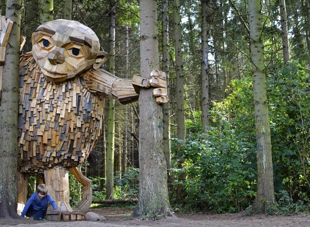 esculturas-gigantes-de-madeira-thomas-dambo-dinamarca-little-tilde (Foto: Reprodução/Thomas Dambo)