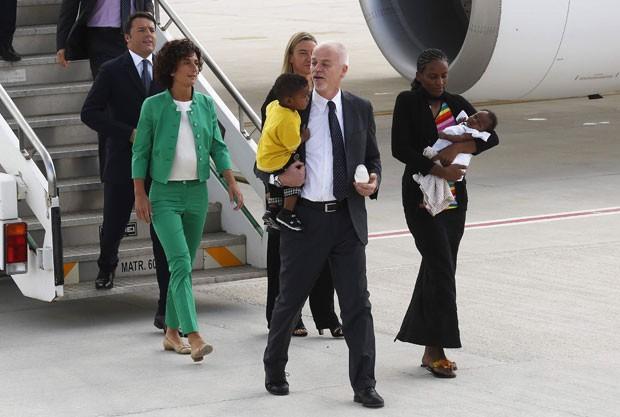 A sudanesa Meriam Yahya Ibrahim desembarca de avião do governo italiano em Roma nesta quinta-feira (24), acompanhada de seus dois filhos e do vice-ministro de Relações Exteriores da Itália, Lapo Pistelli (Foto: Remo Casilli/Reuters)