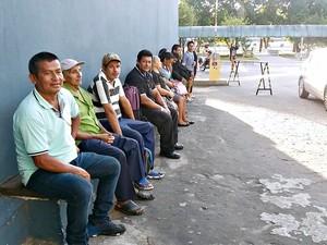 Eleitores chegaram cedo e aguardam em fila pelo início da votação em colégio eleitoral no bairro Parque das Laranjeiras  (Foto: Suelen Gonçalves/G1 AM)