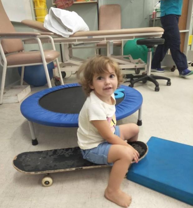 Com a ajuda da fisioterapia, Tylda aprende a se locomover sem problemas (Foto: Reprodução Facebook Tylda Toes)