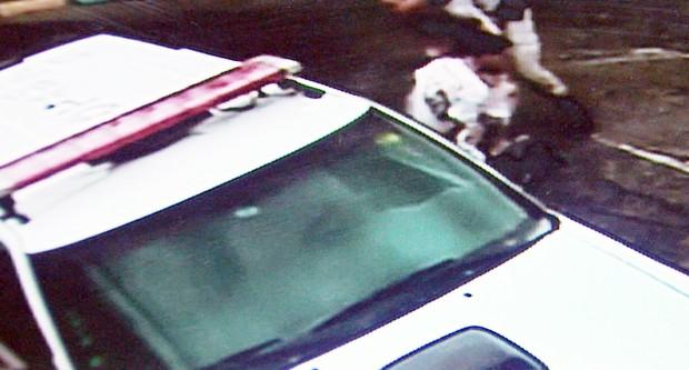 Homem tenta fugir da polícia mesmo sendo algemado em Três Corações (Foto: Reprodução EPTV)