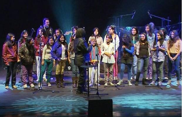 Crianças peruanas entram no palco junto com Milton Nascimento  (Foto: Reprodução EPTV / Michel Diogo)