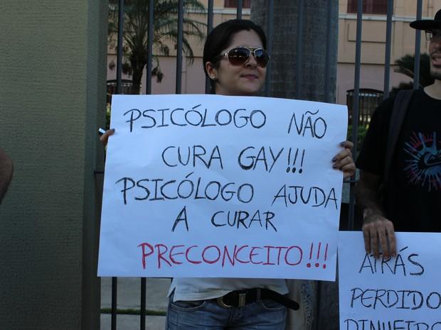 Manifestantes se posicionam contra projeto da cura gay no protesto em Teresina (Foto: Ellyo Teixeira/G1)