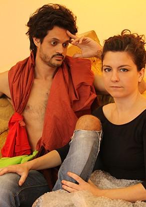 Os intérpretes, Álamo e Cristina, viram leitores ativos de Hélio Oiticica e Lygia Clark (Foto: João Penoni)