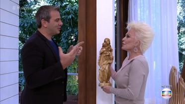 Rodrigo Alvarez presenteia Ana Maria com imagem de Nossa Senhora