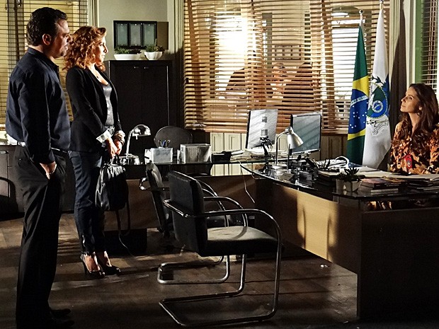 A delegada recebe os traficantes em sua delegacia  (Foto: Salve Jorge/TV Globo)
