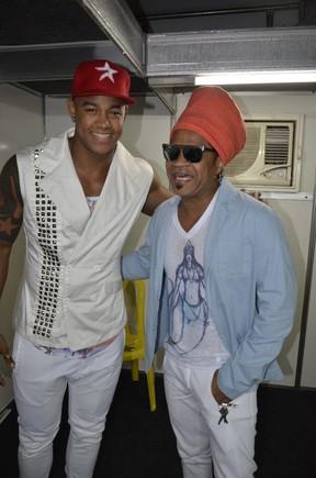 Carlinhos Brown e Léo Santana em bastidores de show em Salvador, na Bahia (Foto: Fred Pontes/ Divulgação)