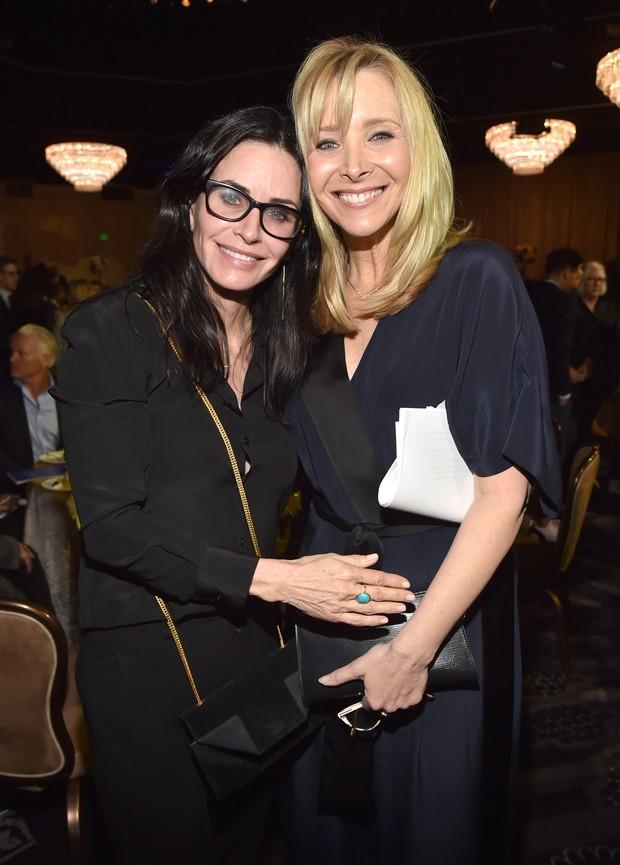 Courteney Cox e Lisa Kudrow em evento beneficente em Los Angeles, nos Estados Unidos (Foto: Alberto E. Rodriguez/ Getty Images/ AFP)