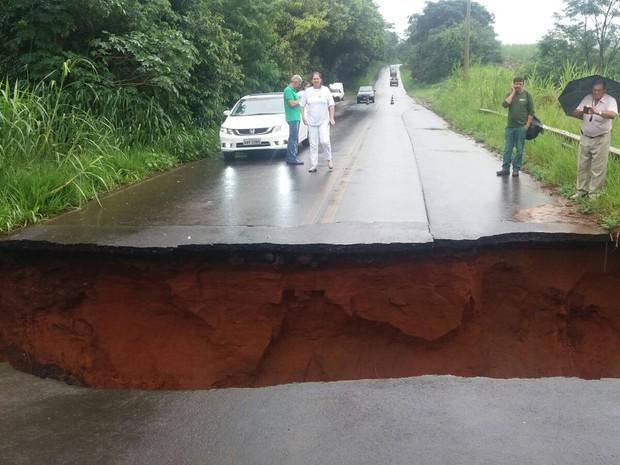 Asfalto cede e abre cratera em estrada vicinal de Ribeirão Bonito (Foto: Rose Ney/ Arquivo Pessoal)
