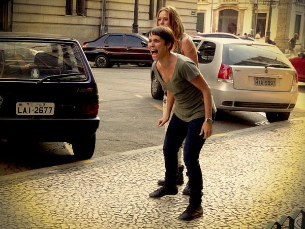 Nina fica desesperada ao perceber que perdeu sua herança (Foto: Avenida Brasil / TV Globo)
