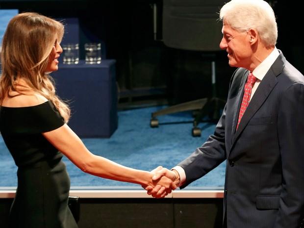 Melania Trump cumprimenta o ex-presidente Bill Clinton antes do início do  debate entre Donald