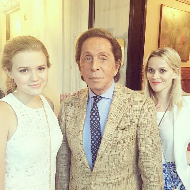 Reese Witherspoon com a filha, Ava Phillippe, com o estilista Valentino (Foto: Reprodução/Instagram)