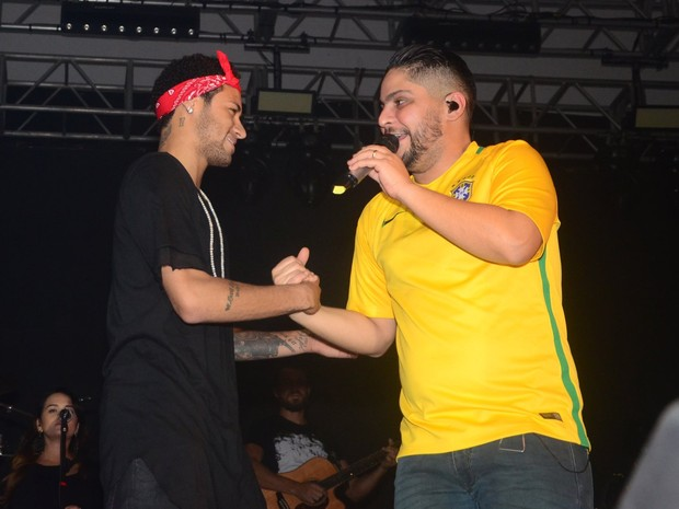 Neymar com o cantor Jorge, da dupla com Mateus, em show em São Paulo (Foto: Eduardo Martins/ Ag. News)