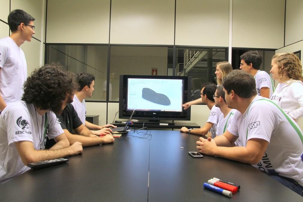 Alunos da USP trabalham no aperfeiçoamento do protótipo (Foto: Fabio Rodrigues/G1)