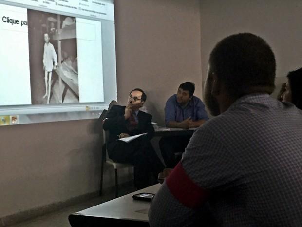 Alunos levaram fotos e slides para o julgamento. (Foto: Jenifer Carpani/G1)