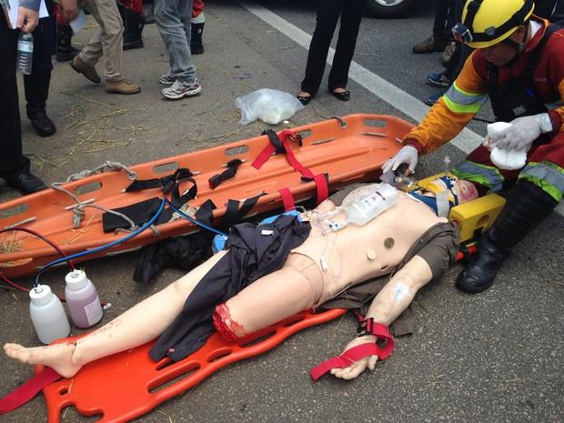 robô simula sinais vitais - simulação de acidente em rodovia de Sorocaba (Foto: Natália de Oliveira/G1)