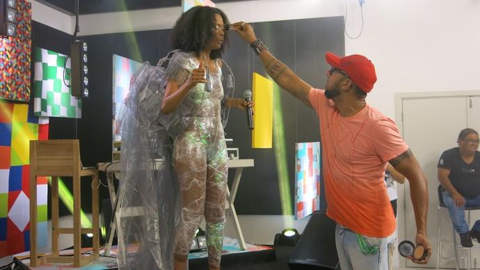 O maquiador Dino Neto dá um grau na maquiagem de Mariella Santiago (Foto: TV Bahia)