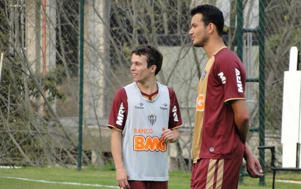 Rever e Bernard treino Atlético-MG (Foto: Léo Simonini / Globoesporte.com)