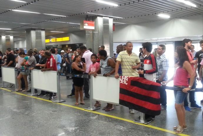 Flamengo torcedores no Galeão (Foto: Thales Soares)