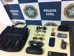 Produtos roubados de alemães foram encontrados na casa dos suspeitos, no Rio (Foto: Gabriel Barreira/G1)