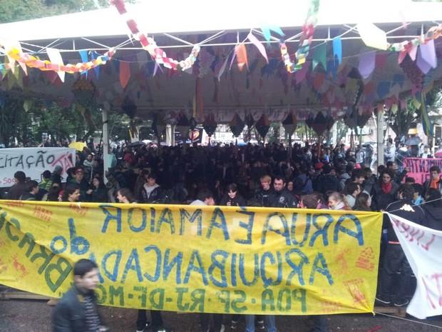 Em Santa Maria, manifestantes começaram a se reunir perto das 17h (Foto: Camille Wegner/ RBS TV)