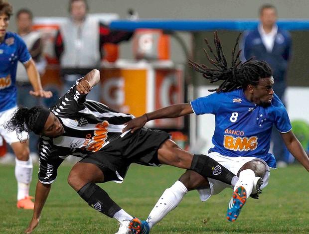 Ronaldinho e Tinga, Cruzeiro x Atlético-MG (Foto: Washington Alves / Vipcomm)