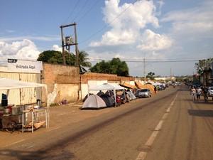 Fila tem cerca de 200m de barracas pelo incrição do Minha Casa Minha Vida (Foto: Matheus Henrique/G1)