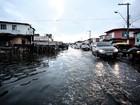 Canal transborda e inunda avenida no bairro da Levada, em Maceió