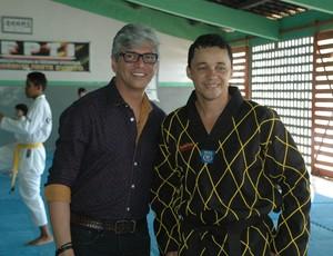 O diretor do Instituto Alpargatas na Paraíba, Berivaldo Araújo, posa ao lado Ao lado do professor Ronaldo Sousa (Foto: Larissa Keren / GloboEsporte.com/pb)
