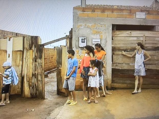 Mãe pede ajuda para alimentar sete filhos, entre eles, um com leucemia Goiânia Goiás (Foto: Reprodução/TV Anhanguera)