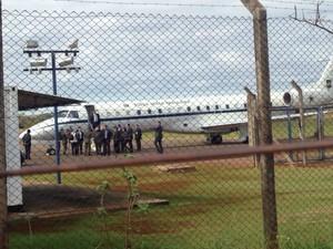 Michel Temer desembarcou em Dourados logo depois das 9h30 (de MS) (Foto: Dyego Queiroz/ TV Morena)