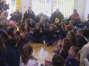 Crianças visitam idosos em casa de repouso em Porto Alegre (Foto: Reprodução/RBS TV)
