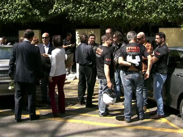Amigos e parentes no enterro de Roberval Nucci no Cemitério do Morumbi  (Foto: TV Globo/Reprodução)