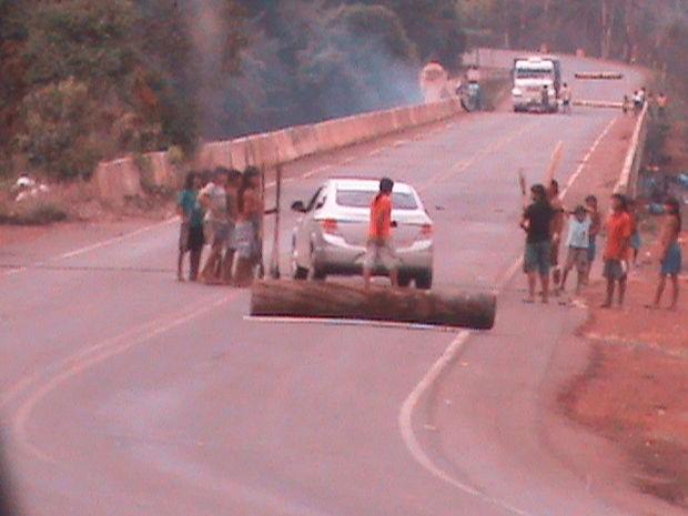 Índios bloqueiam a MT- 170, que liga os municípios de Juína a Brasnorte (MT). (Foto: PM/Juína (MT))
