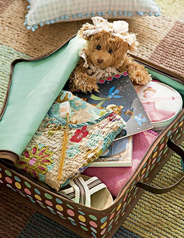 A bagagem para a grande noite: o bichinho de pelúcia preferido sempre ajuda a embalar o sono. Maleta e ursinho Petit Retro (Foto: Cacá Bratke/Editora Globo)