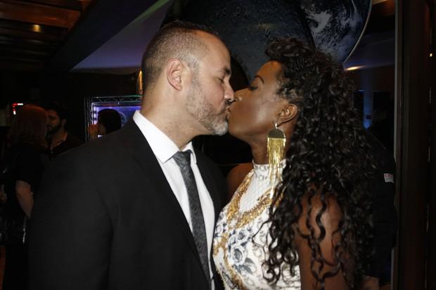 Ex-BBB Adélia dá selinho em Alexandre Moraes (Foto: Celso Tavares / EGO)