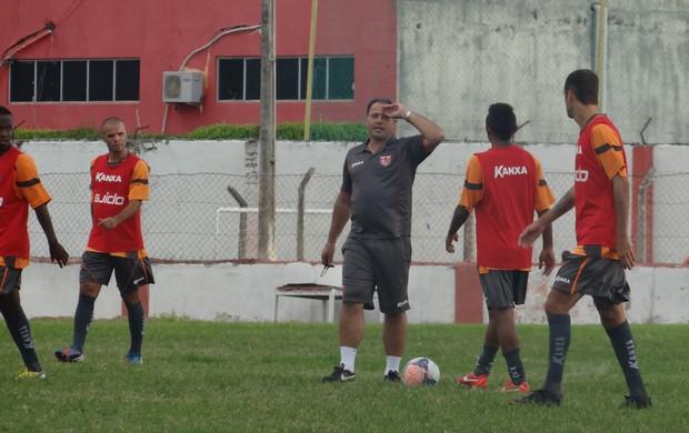 Márcio Goiano orienta os jogadores do CRB (Foto: Denison Roma / Globoesporte.com)