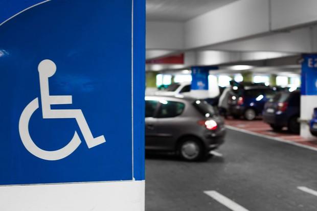 Vagas em estacionamento para pessoas com deficiência  (Foto: Thinkstock)