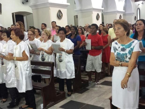 Fiéis demonstram fé na 'Missa do Galo' em Petrolina (Foto: Isa Mendes/TV Grande Rio)