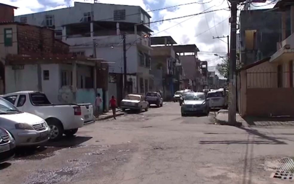 Jovem foi morta na Rua Obaluaê, no bairro do Uruguai  (Foto: Reprodução/ TV Bahia)